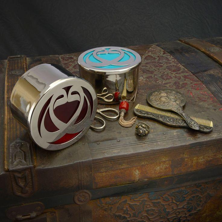 Elif Gönenç Camcıgil tasarımı, el yapımı gümüş kaplama kutu. Kapağının üstünde yer alan Vav Arap alfabesinin 6'ncı harfidir ve Allah'ın 99 isminden tek ve eşsiz anlamına gelen Vahid'i simgeler. Kişisel kullanım için de eşsiz, o çok özel kişiye verilecek çok özel hediyenin kutusu olarak da...