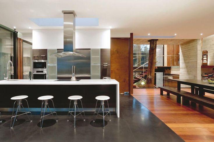 Cuisine ouverte et aménagée donnant sur un coin salle à manger et sur le séjour principal