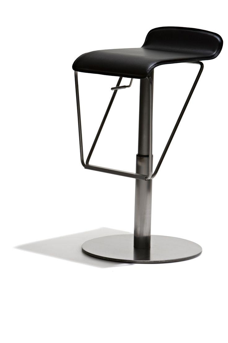 Dallas - Barstol, höj- och sänkbar med sits i regenererat skinn och underrede i mattborstat stål.