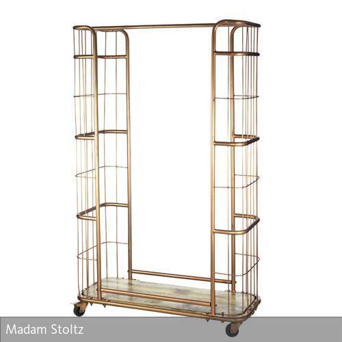 Der mobile Kleiderständer auf Rädern von Madam Stoltz besteht aus goldenem auf antik gemachtem Kupfer. Er wurde von Pernille Stoltz entworfen und wie auch…