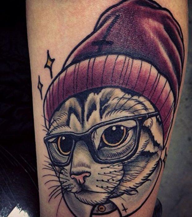 Tatouage New School sur le bras: un chat coiffé d'un bonnet, un petit air hipster !