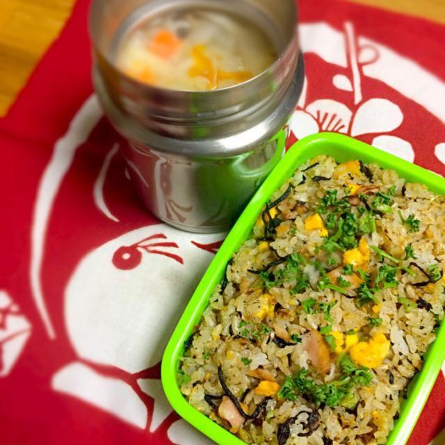 炒飯弁当を作ってて、そだ!しそひじきふりかけで味付けしてみたらうまかった〜。  水餃子入りの野菜スープ付きです - 49件のもぐもぐ - しそひじき炒飯弁当(≧∇≦) by morimi32