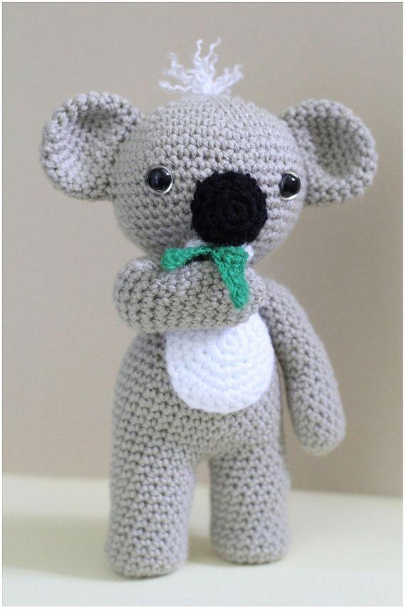 Este listado está para un amigurumi de ganchillo terminado koala listo para enviar.  Koala de KC es adorable y divertido tener alrededor. Él ama tanto hojas de eucalipto, que les lleva por todas partes que él va!  Este amigurumi koala mide aproximadamente 10 pulgadas (25 cm). Ideal para un abrazo para los niños mayores o como una pieza decorativa.  Hace un regalo encantador para niños y niñas.  El artículo es hecho con hilo acrílico 100%, relleno de fibra de poliester y seguridad ojos…