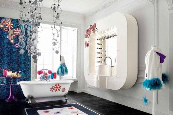 deco boheme chic salle de bains avec des cercles qui pendent et des fleurs sur les rideaux