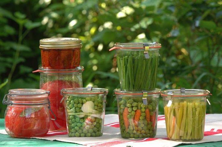 """Faire ses conserves """"maison"""" avec les belles récoltes de légumes du potager - C. Hochet - Rustica"""