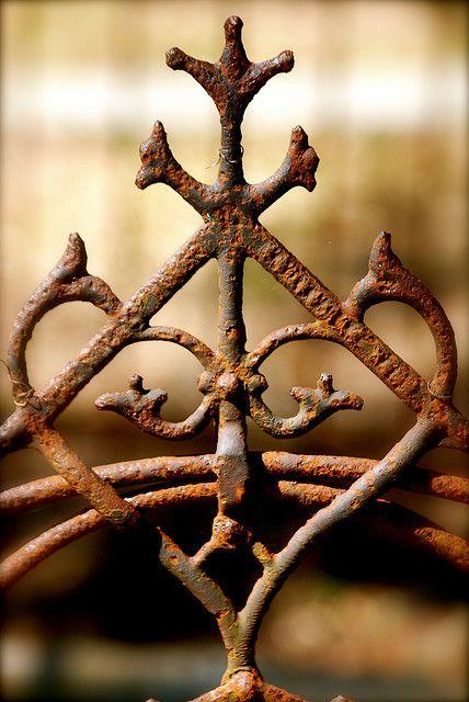 Croix de bois, croix de fer... / Rusty cross. / Photo by Laura Leigh (Benfield).