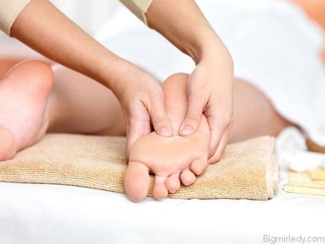 Як робити лікувальний масаж стоп і ніг техніка 2