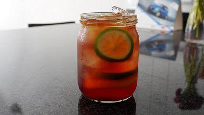 Czerwona herbata mrożona na 2 porcje 1 saszetka czarnej herbaty 500 ml zimnej wody lód kilka plastrów cytryny kilka plastrów limonki sok owocowy bez dodatku cukru (np. Rabenhorst)   Do słoika wrzucić saszetkę z herbatą, zalać do pełna wodą, zakręcić, wstawić do lodówki na przynajmniej 4, a najlepiej 6 godzin.  Po tym czasie wyjąć.  Plastry cytryny i limonki wrzucić do szklanek lub słoików, lekko ugnieść. Wlać sok, wrzucić lód, zalać do pełna herbatą.