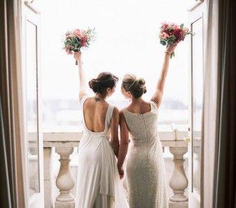 Een bruiloft tussen homo's en lesbiennes is natuurlijk helemaal niet anders dan een bruiloft tussen hetero's. Toch is het leuk om in.. lees verder op thevow.nl! #trouwen #thevow #gaywedding #styling