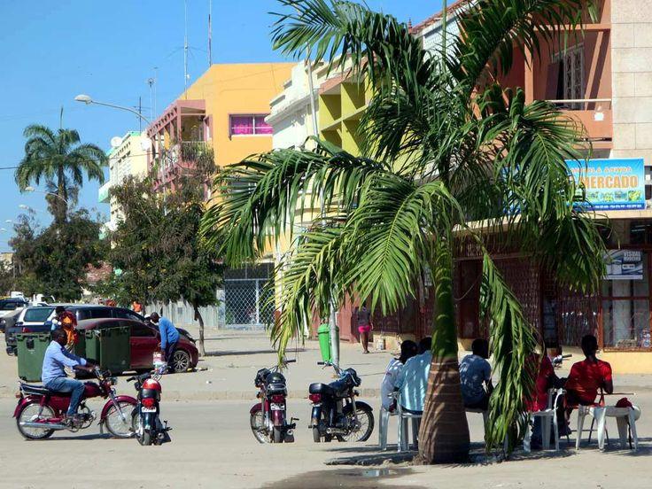 https://flic.kr/p/vUd6wJ | Street Scene | A street scene outside the railway station in Benguela, Angola.