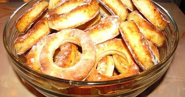 Ser zmielić lub ugnieść widelcem, dodać resztę składników i zagnieść gładkie ciasto. Rozwałkować na grubość ok. 1,5cm i szklanką wykrawać kółka a na środku kieliszkiem małe. Wkładać do rozgrzanego piekarnika ok. 200stop. C i piec do momentu aż się zarumienią. Można posypać cukrem pudrem.