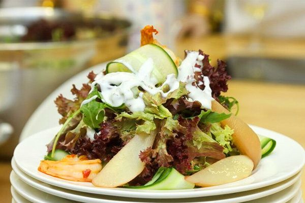 Green salad with prawns and pears yoghurt sauce