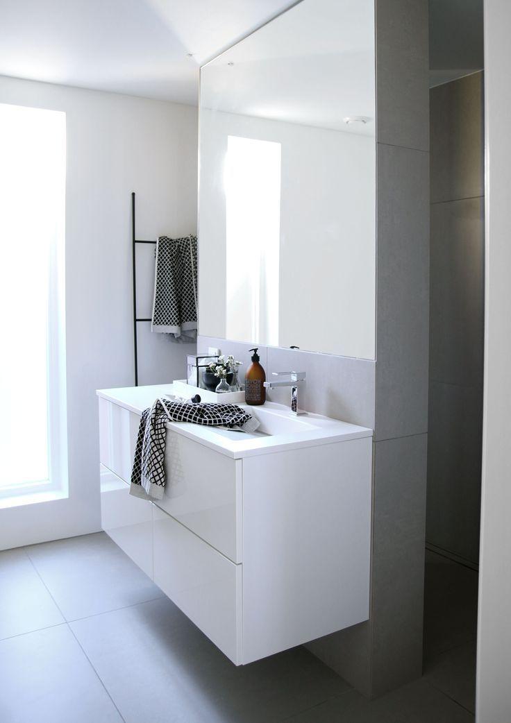 tip voor een kleine badkamer: een groot badkamermeubel zodat er geen spullen rondslingeren en een spiegel over een gehele wand