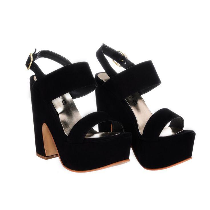 Zapatos de gamuza de cabra negra con faja y tobillera. En plataforma forrada al tono. Ideales para usar de noche y para fiesta.