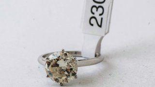 Un anillo en Solitario platino con brillante de 3 quilates que será subastado por Bavastro e hijos.
