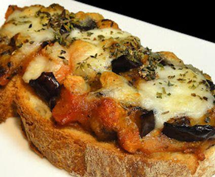 Tostada al horno de berenjena y tomate En lugar de pan de pages usar pan integral o de semillas
