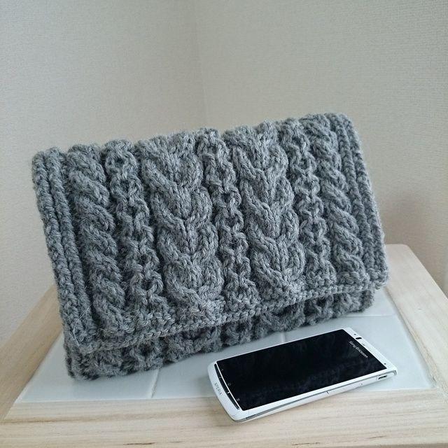 ウールの糸で編んだ クラッチバッグ です*内布は白×ネイビーのボーダーで、マグネットボタン付きです。秋冬 バッグ