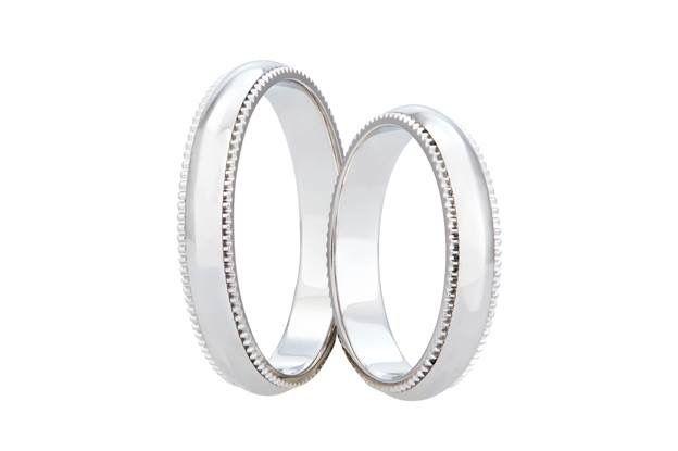 Toužíte po eleganci a nadčasovosti, avšak zároveň chcete nevšední kroužky? Pak mohou být to pravé tyto originální snubní prsteny, jejichž atributem je netradiční zdobení po celém jejich obvodu