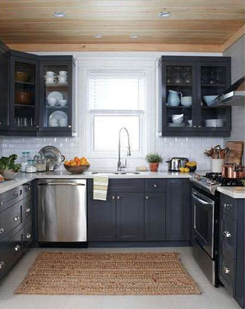 So I think it's the light and dark contrast I'm so drawn to in kitchens...love these dark cabinets with the light walls, but with dark floors.