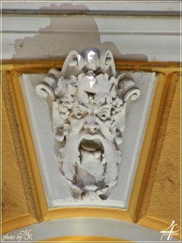 kapu fejdíszes zárókő Kazinczy utca 28 - street door head ornate keystone Kazinczy street 28 - Budapest