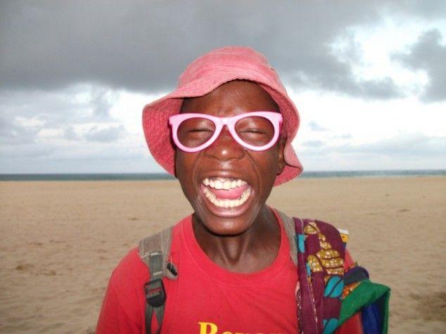 """Onderweg kom je heel wat bijzondere, vrolijke, grappige en vreemde mensen tegen. """"Vrolijke verkoper - foto gemaakt in Tofo, Mozambique""""."""