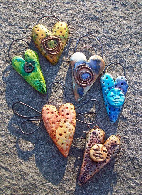 Kleine kunst objectjes...maak ze van zelfdrogende klei, voor dat deze droogt, kun je er metaaldraad in steken (rijg er kralen aan). Na het drogen schilderen met acrylverf!  by Staci Louise Originals