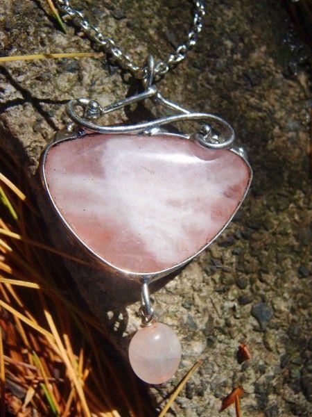 Predstavujem Vám originálne šperky z dielni Katu-Hula. Šperk: prívesok Názov: Hravý Materiál: ruženín (kameň lásky a srdca evokuje nežnosť, lásku, má pozitívny vplyv na srdce a...