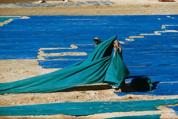 Gathering dyed cloth on the banks of the Sabarmati River, Ahmedabad, India, 1958. Photograph by Brian Brake.