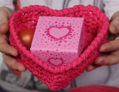 Видеоурок по вязанию крючком корзинки в форме сердечка