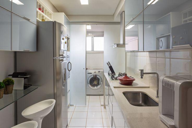 Cozinha pequena, bem aproveitada com mesinha pra dois. Me inspirei...
