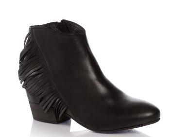 calzature da cowboy laika guess dei stivaletti neri e frange laterali primaverili 2014 | stivali