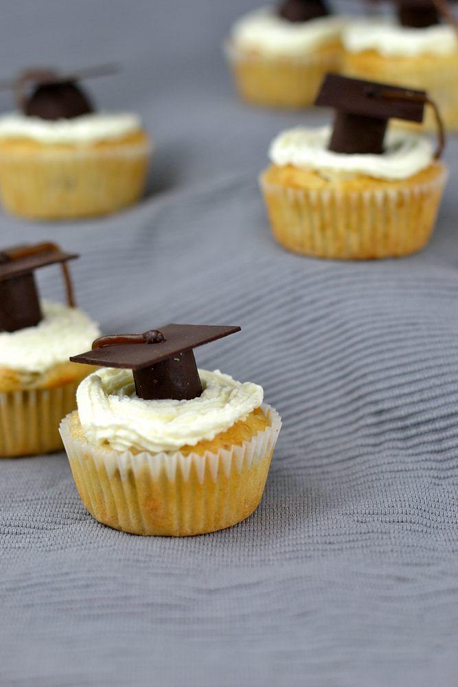 Promovierte Rhabarber-Joghurt-Muffins - Absolventen-Cupcakes mit Doktorhut. Frühlingshafte Rhabarber-Joghurt-Muffins mit Frischkäse-Frosting, verziert mit Miniatur-Doktorhüten aus Waffeln und Schokolade.