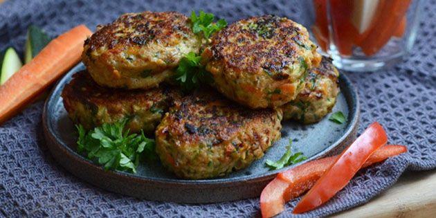 Lækre og saftige kyllingefrikadeller propfyldt med grøntsager, så de smager ekstra godt og tilmed er sunde.