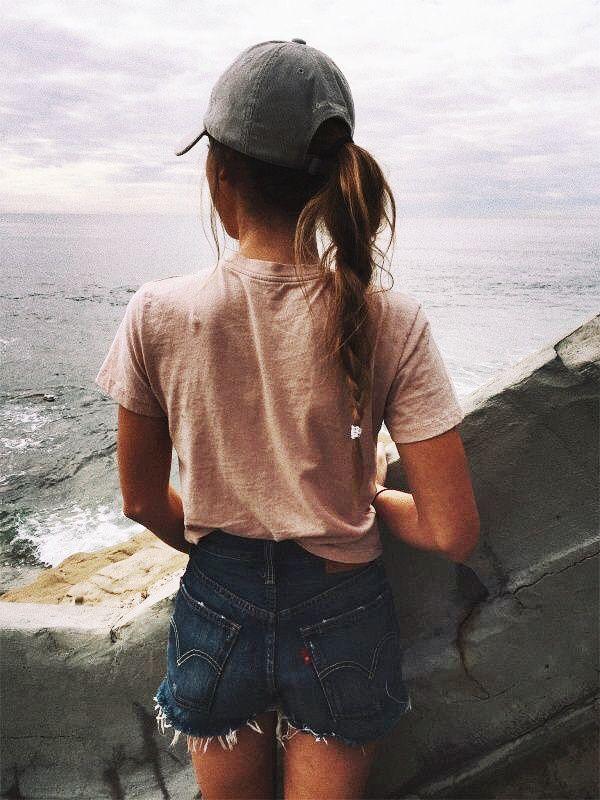 Para el verano La camiseta rosada, los pantalones cortos de jeans, y el sombrero color aguamarino $158/148.52 €