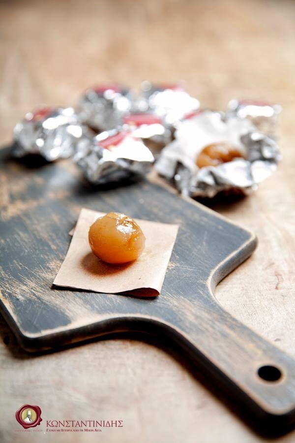 Τα μαρόν γλασέ είναι σιροπιαστά κάστανα που στη συνέχεια αφέθηκαν να ξεραθούν.   Τα ζαχαρωμένα κάστανα εμφανίστηκαν για πρώτη φορά σε περιοχές με πλούσιες καλλιέργειες κάστανων όπως η βόρεια Ιταλία και η Γαλλία. Ωστόσο, η πρώτη συνταγή για το αγαπημένο μας μαρόν γλασέ φαίνεται πως γράφτηκε τον 17ο αιώνα στις Βερσαλλίες.     Από τότε αποτελεί γαρνιτούρα για αρκετά γλυκίσματα, αλλά είναι αναμφισβήτητα το μαρόν γλασέ είναι απολαυστικό και από μόνο του!