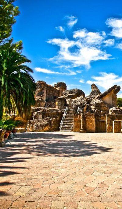 Ruinas romanas de Itálica en Santiponce. A sólo 7 km de #Sevilla encontrarás un imponente Anfiteatro y Teatro Romano. #italica #santiponce #sevilla