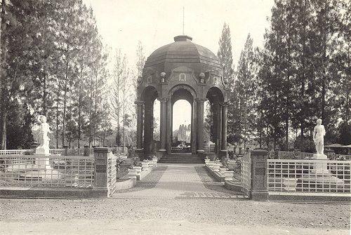 Kerkhof Petamboeran Batavia circa 1930 : Monument van Oen Giok Khouw (1874-1927)