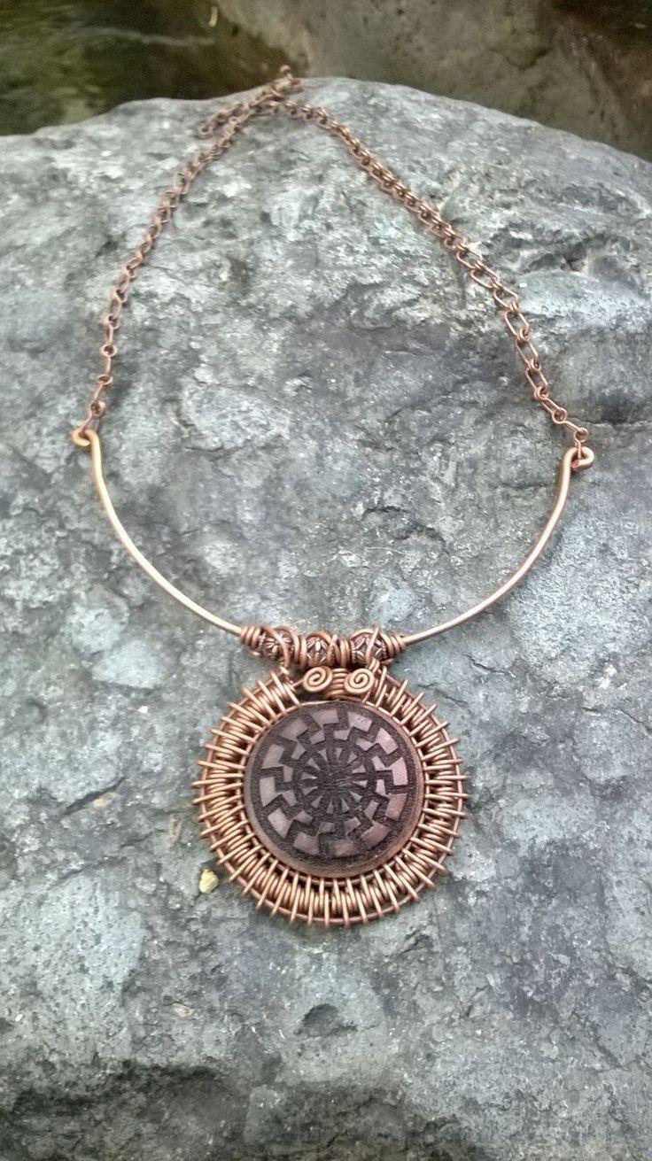 collar en cobre con madera grabada $35