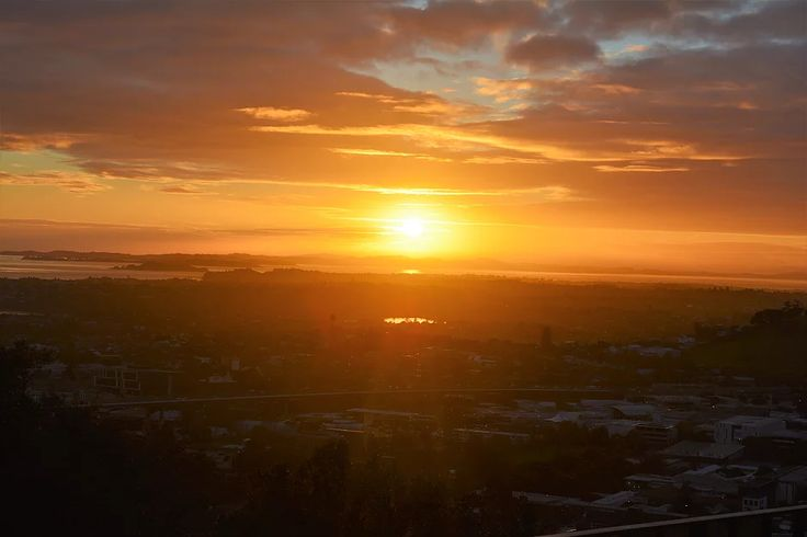 A beautiful Auckland sunrise, watched from on top of Mt Eden    https://www.life-downunder.com/single-post/2017/04/29/Sunrise-and-Dear-Jervois