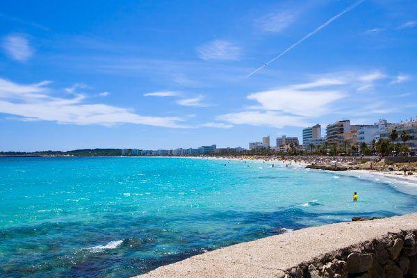 Cala Millor bildet mit Cala Bona das größte Touristenzentrum an der Ostküste Mallorcas. Die komplett vorhandene Infrastruktur, die verkehrsfreie Promenade, der gepflegte Sandstrand und das flach abfallende Wasser, machen Cala Millor zu einen perfekten Ort für einen Mallorcaurlaub mit Kindern. Die meisten Hotels befinden sich  unmittelbar in Strandnähe und bilden eine kleine Skyline.