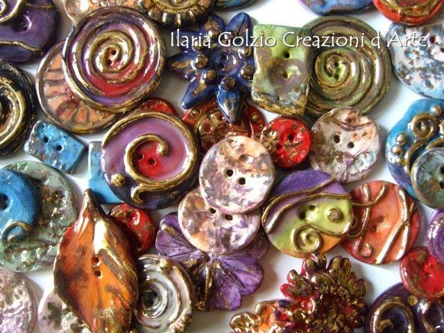 Bottoni gioiello in ceramica per impreziosire borse, cappelli, capi di abbigliamento. Tutti modellati, smaltati, dorati singolarmente senza stampi e cotti più volte in forno ceramico. La particolarità della tecnica e l'utilizzo dell'oro rendono ogni bottone unico, prezioso ed irripetibile.
