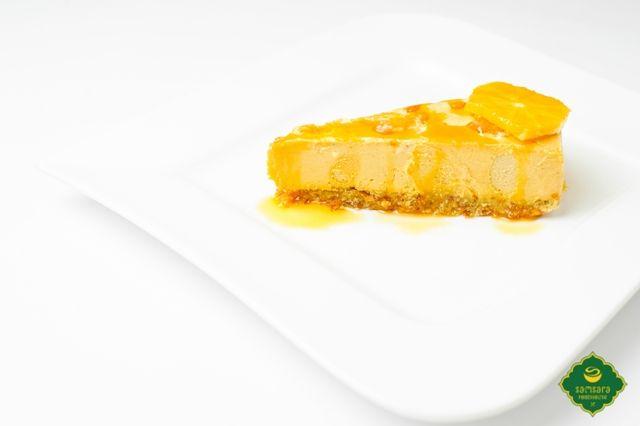 """Raw cake-ul cu cătină şi portocale este un desert fără ouă, lapte şi foc, care ţine de saţ, datorită migdalelor, curmalelor şi nucilor de caju, deci este hrănitor şi nutritiv. Cătina, originară din Asia, unde este numită """"Elixirul Zeilor"""", are un rol aparte, printre fructe, fiind o polivitamină naturală. Portocalele sunt uşor digerabile, fiind indicate în tulburări gastrointestinale, sunt dezintoxicante şi întăresc imunitatea."""