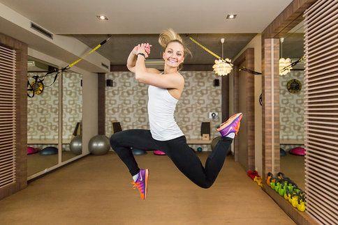 HIIT se v posledních letech stal jedním z největších fitness hitů. Má totiž hodně výhod. Mimo jiné vede ke spalování tuku i nárůstu svalů.