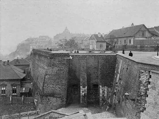 1894. Budai vár még a Halászbástya előtt.