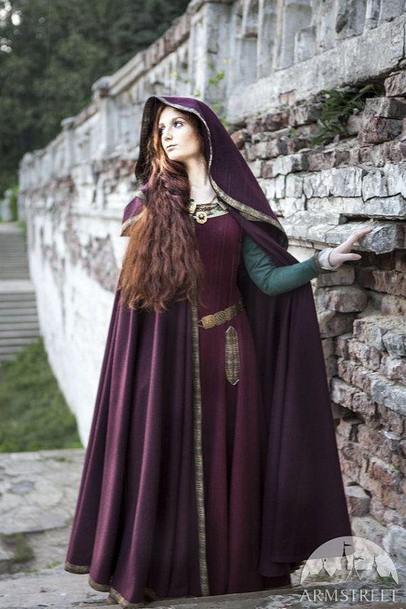 Manteau à capuchon de laine « Sansa »    Le luxueux cape de cercle complet en laine avec capuche.    Ce manteau lourd et chaud vous permet de vous