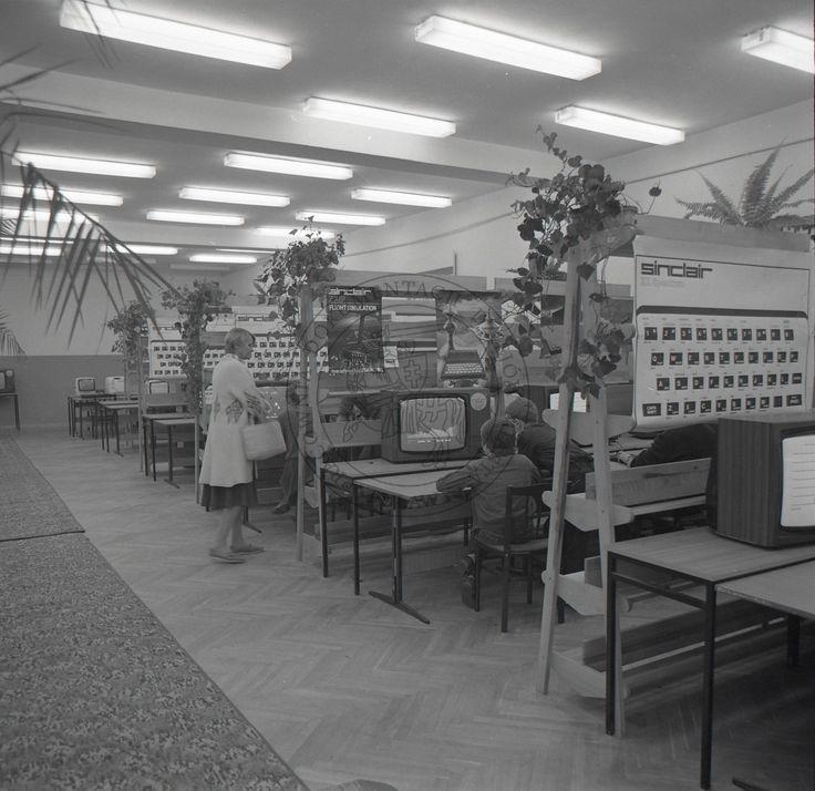 """Harcerskie Centrum Komputerowe w POK """"Dom Chemika""""; 3 października 1985 r.; Puławy (fot. Janusz Filipczak)"""