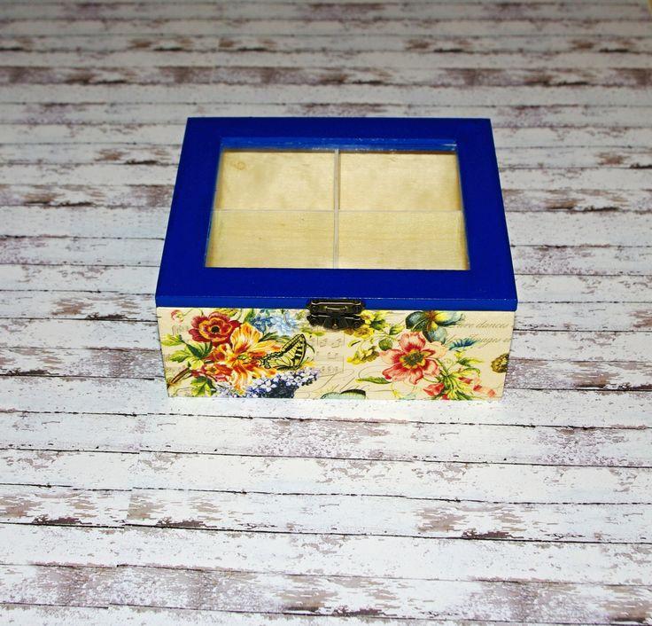 Květinová+v+modré+Dřevěná+krabička+na+čaj+(či+cokoliv+jiného+-+4+vyndávací+příhrádky)+o+rozměrech+cca16+x13,8+cm+a+výšce+6,8+cm.+Krabička+je+natřena+akrylovými+barvami,+ozdobená+technikou+decoupage+adoplněná+zápínáním.+Následně+přetřena+lakem+s+atestem+na+hračky.+Uvnitř+nechána+přírodní.