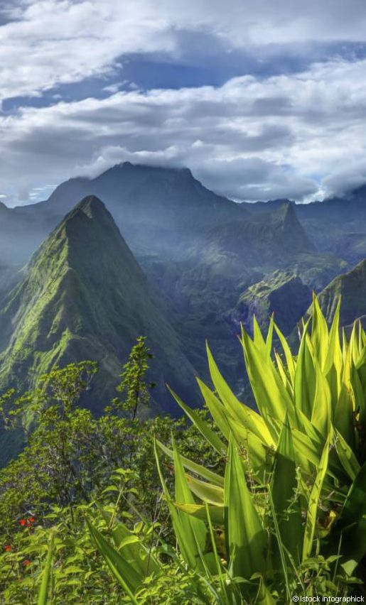 Sculptée par une activité volcanique millénaire, l'île de la Réunion propose des paysages vertigineux, à l'image de ses trois cirques disposés en trèfle autour du Piton des Neiges.