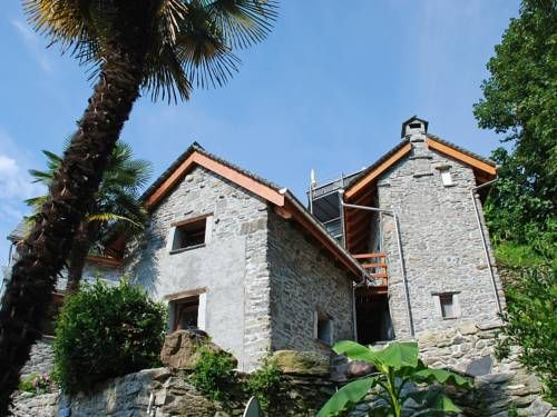 """Rustico A""""La Baita"""" oder B""""il Nido"""" 1 Brione sopra Minusio Featuring a garden, Rustico A""""La Baita"""" oder B""""il Nido"""" 1 is a studio located in Locarno in the Canton of Ticino Region. The property features views of the mountain and is 2.1 km from Piazza Grande Locarno."""