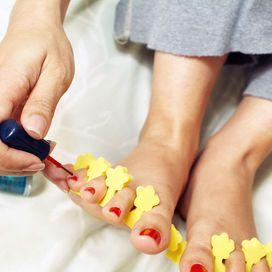 Applica il colore dalla base dell'unghia verso la punta tirandolo bene. Lascia asciugare due minuti e dai una seconda mano. Ricorda: una lacca di qualità ha una stendibilità facile e fluida. Infin data-pin-do=
